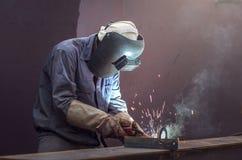 Arbeider met beschermend maskerlassen royalty-vrije stock afbeeldingen