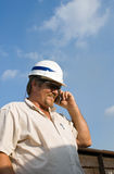 Arbeider met Bouwvakker op Telefoon Stock Afbeeldingen