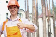 Arbeider met een duim omhoog in openlucht Stock Fotografie