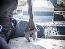 Arbeider met een moersleutel bij hoge hoogte royalty-vrije stock fotografie