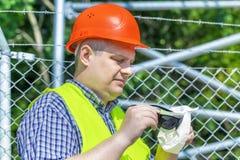 Arbeider met een servet schoonmakende zonnebril Stock Foto