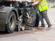 Arbeider met een vrachtwagen die een straat schoonmaken Royalty-vrije Stock Fotografie