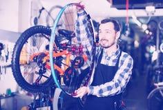 Arbeider met fietswiel stock afbeelding