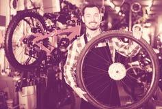 Arbeider met fietswiel royalty-vrije stock foto