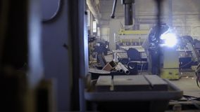 Arbeider met het beschermende metaal van het maskerlassen stock video