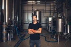 Arbeider met industrieel materiaal bij de brouwerij stock afbeeldingen