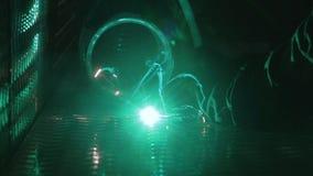 Arbeider met laserlassen stock videobeelden