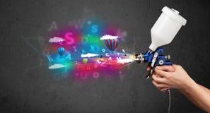 Arbeider met luchtpenseel en kleurrijke abstracte wolken en ballons Stock Afbeelding