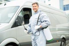 Arbeider met Pesticidespuitbus in Front Van stock fotografie