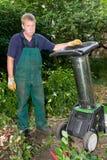 Arbeider met schredder stock foto