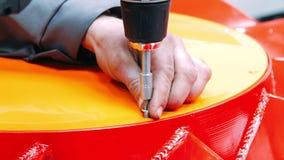 Arbeider met schroevedraaier en beetje het schroeven schroef in product bij fabriek stock videobeelden