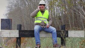 Arbeider met tabletpc en celtelefoon op de defensiebarrière stock video