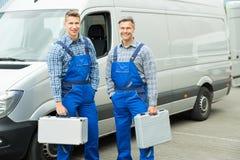 Arbeider met Toolbox die zich in Front Of Van bevinden stock fotografie