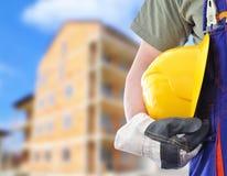 Arbeider met vage bouw op achtergrond Stock Afbeeldingen