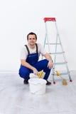 Arbeider met verf, borstel en ladder stock afbeelding