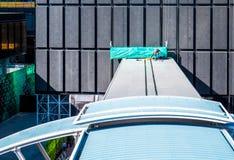Arbeider op dak stock afbeeldingen