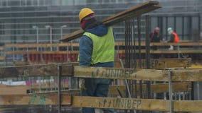 Arbeider op de bouw stock footage