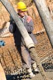 Arbeider op de concrete werken stock afbeelding