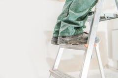 Arbeider op een ladder stock fotografie