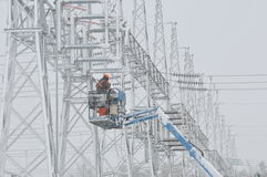 Arbeider op elektrische lijnen Royalty-vrije Stock Afbeeldingen