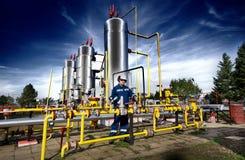 Arbeider op gasinstallatie royalty-vrije stock afbeelding