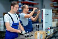 Arbeider op het werkbank royalty-vrije stock foto