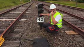 Arbeider op walkie-talkie dichtbij gebroken waarschuwend baken stock videobeelden