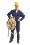 Arbeider in overtrek en gele helm met grote dikke kabel Royalty-vrije Stock Foto's