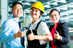Arbeider, Productiemanager en eigenaar in fabriek stock foto's