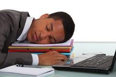 Arbeider in slaap bij bureau stock foto