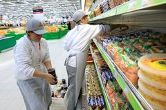 Arbeider in supermarkt Royalty-vrije Stock Afbeelding