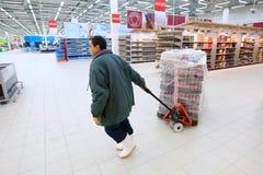 Arbeider in supermarkt Stock Afbeeldingen