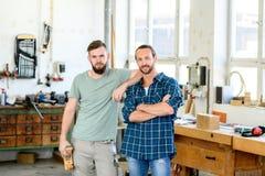 Arbeider twee in een timmerliedenworkshop royalty-vrije stock afbeelding