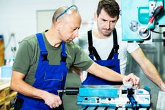 Arbeider twee in fabriek Royalty-vrije Stock Fotografie