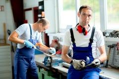 Arbeider twee op het werkbank stock fotografie