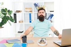 Arbeider van maand Het bureau is mijn koninkrijk Koning van Bureau De slijtage gouden kroon van de mensen gebaarde zakenman Hoogs stock foto