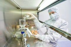 Arbeiders in beschermende eenvormig bij laboratorium Royalty-vrije Stock Afbeeldingen