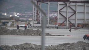 Arbeiders bij bouwwerf stock video
