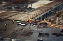Arbeiders bij de bouwwerf Royalty-vrije Stock Foto's