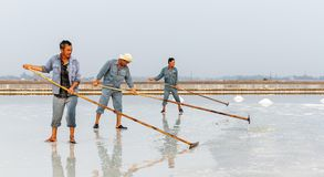 Arbeiders bij de zoute gebieden van Hon Khoi in Nha Trang, Vietnam Royalty-vrije Stock Foto's