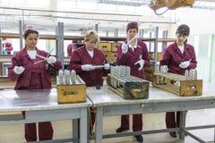 Arbeiders bij een lopende band in munitiefabriek stock afbeelding