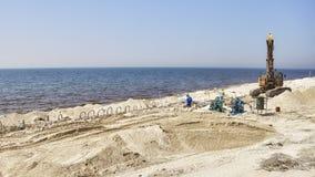 Arbeiders bij een strandbouwwerf tussen Doubai en Sharjah Stock Foto's