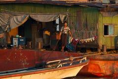 Arbeiders bij een vrachtschip in Irrawaddy-Rivier Stock Fotografie
