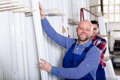 Arbeiders bij het pakhuis van de vensterproductie Stock Afbeeldingen