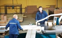 Arbeiders bij houtverwerking met circzaag stock foto's