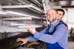Arbeiders bij pvc-vensterfabriek royalty-vrije stock foto's