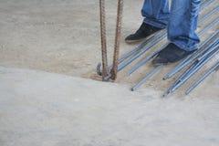 Arbeiders buigend staal met staal buigend materiaal met de hand stock foto's