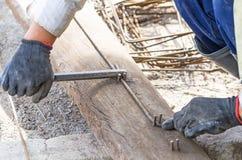 Arbeiders buigend staal voor bouwbaan Stock Foto's