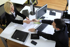 Arbeiders in bureau royalty-vrije stock foto's