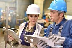 Arbeiders in de metallurgische industrie stock foto